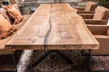 Baumscheibentisch aus einem Stück
